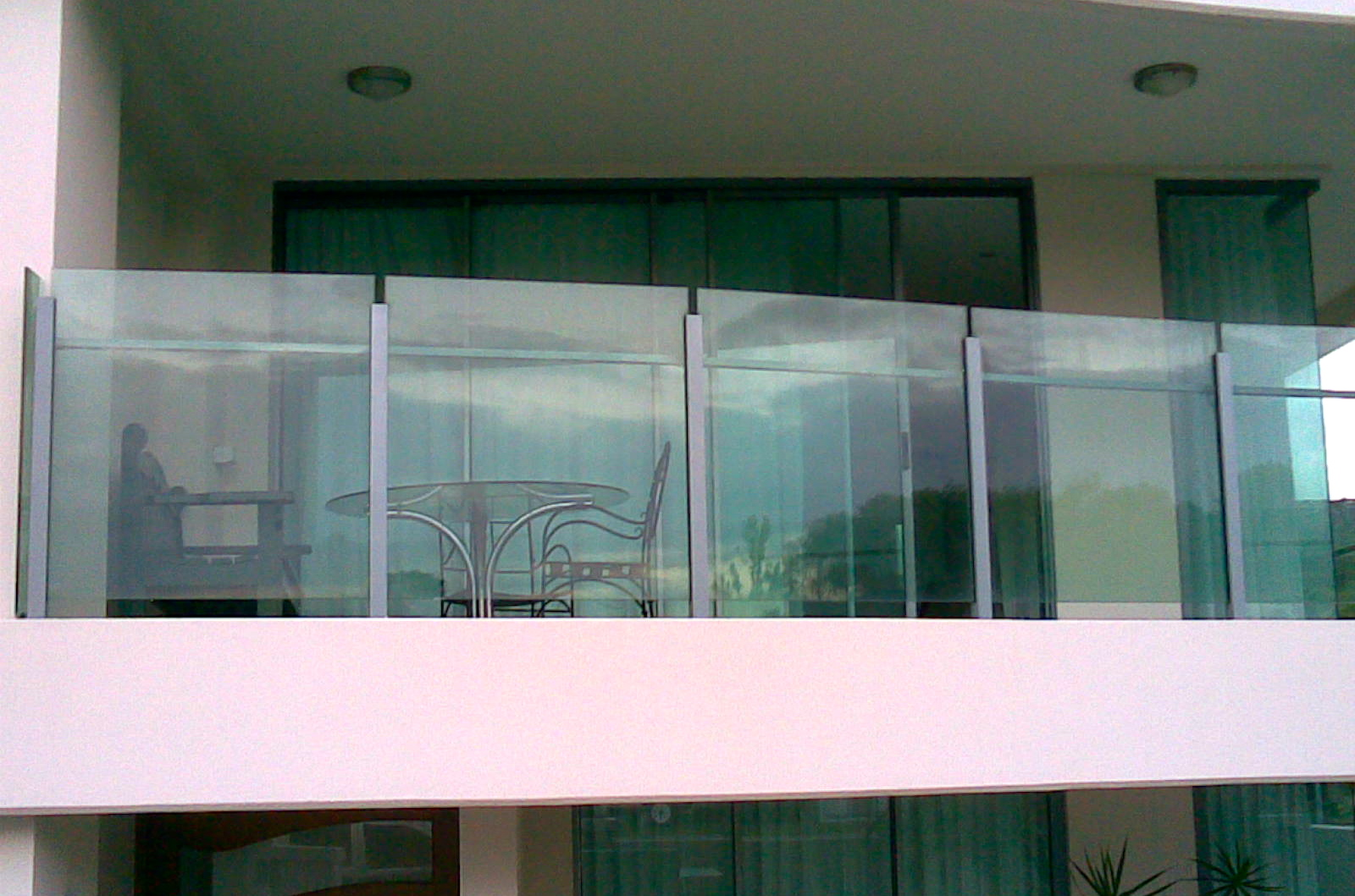 Безрамные конструкции из закаленного стекла для балконов..
